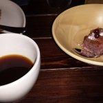 Jälkiruokana kahvia ja puolukka-marenkipiirakkaa.