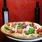 pizza gourmet:mozzarella , alice di cetara, pomodorini piccadilly,olive di gaeta basilico olio E