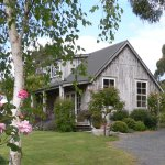 Kamahi Cottage is a self-contained B&B with panoramic views in a beautiful garden setting.