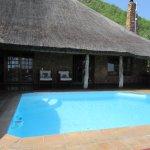 la suite de luxe = porte en face de la piscine avec vue sur la savane