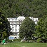 l'hôtel dans le grand parc thermal fleuri avec parcours santé