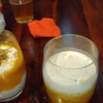 Wyrazisty deser samosa (z lewej) i spokojny w smaku pudding z tapioki