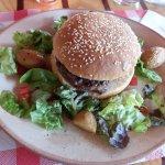 burger campagnard , steak maison chèvre , bacon et oignon rouge. Un délice :)