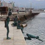 Esculturas en el puerto. Monumento a los raqueros