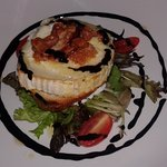 Grilled goat cheese saad with crispy pancetta & balsamic glaze
