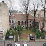 widok na XVII wieczną synagogę z okna pokoju w hostelu Momotown (ul. Miodowa, Kraków).
