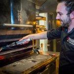 Chef kok Niek van Campen achter onze prachtige KOPA houtskool grill.
