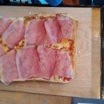 Flammkuchen mit Schinken: con carne, jamón serrano y queso.