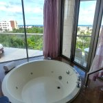 I believe all rooms have a jacuzzi tub.