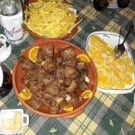 Traditionelles Essen mit Orangensalat