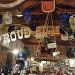 Proud Cut Saloon Foto