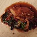 Prsa z perličky plněná gorgonzolou s kapustou a omáčkou z kaštanů