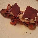 Grilovaná chobotnice s konfitovanými brambory, rajčatovým ragú a bůvolí mozarelou