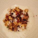 Gnocchetti s kančím ragú, lískovými oříšky a sýrem pecorino