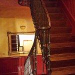 hay ascensor , pero yo bajé en estas escaleras encantada