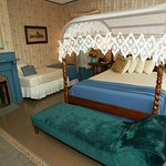 Grand Central - Queen Canopy bed and twin bed, fireplace, bathtub/shower