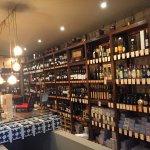 A loja oferece variados vinhos, cafés e diversos produtos