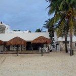 Entrada del Hotel desde la Playa. Desayunador y palapas del hotel