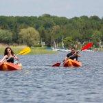 Canoës à disposition pour s'amuser sur l'étang du Stock