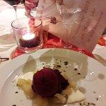 Cassiseis auf Birnenfrischkäsecrem