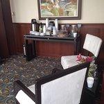 Excelente hotel. Servicio de Wifi hasta en el vehículo de transporte al aeropuerto. Cómodo espac