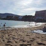 vue de la plage sur l'hotel