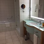 ein wunderschönes Badezimmer mit Badewanne und Dusche-super