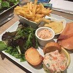 assiette complète saumon fumée , terrine, brandade , frites , salade