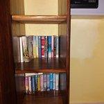 caja fuerte y biblioteca