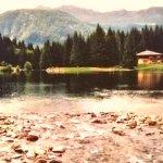 Un bellissimo specchio d'acqua il lago dei caprioli