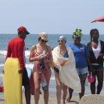 disfrutando las cálidas aguas de la playa frente al hotel Caribe