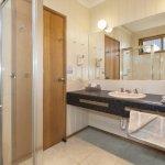 King room bathroom. Queen & Single room bathromm
