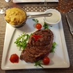 Emincé de boeuf sauce Roquefort et purée de pois