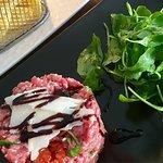 Buen Tartar a la italiana!!! Con parmesano, tomatitos dulces y aceite trufado... (Guiña al del r