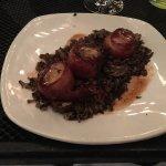 Vieiras grelhadas envoltas em bacon defumado, com arroz selvagem e cogumelos reduzidos no brandy