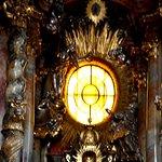 Strahlenkranz über dem Altar