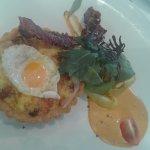 Tartaleta de huevos, jamón y tocineta.