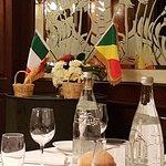 l'idea delle e 2 bandiere è venuta al cuoco poiché il matrimonio era tra un'Italiana e un Congol