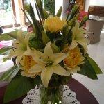 Smukke blomsterbuketter i receptionsområdet