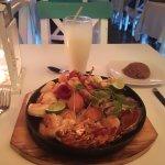 Parrillada de mariscos, arroz coco y limonada de coco.