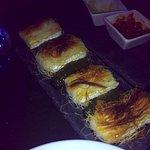 Rollitos de Queso Bríe, Bacalao Ahumado y Pasta Kataifi con Mermelada de Calabacín