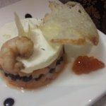 тар-тар из красной рыбы с сыром и креветками. Рядом чипсы из гренок