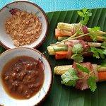 Moo Pun Pak roulés de légumes grillés avec sauce au tamarin