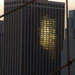 Le soleil à travers un immeuble