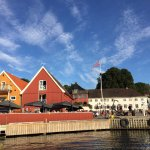 Restaurant Sjøboden fra sjøsiden. Du finner oss på torget i Son.