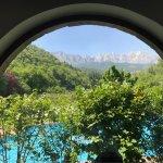 Vista desde el interior del comedor a los Picos de Europa.
