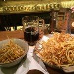 Zemiakové seno(slaneee) s kofolkou alebo s pivkom. Prijemne posedenie za barom alebo stolom. Veľ