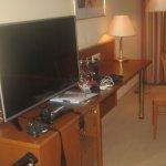 Ein großer neuer Fernsehapperat, ein schöner Schreibtisch