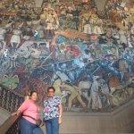 Mis compañeras de viaje junto al mural mas grande2