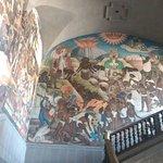 Costado derecho del mural de lla entrada